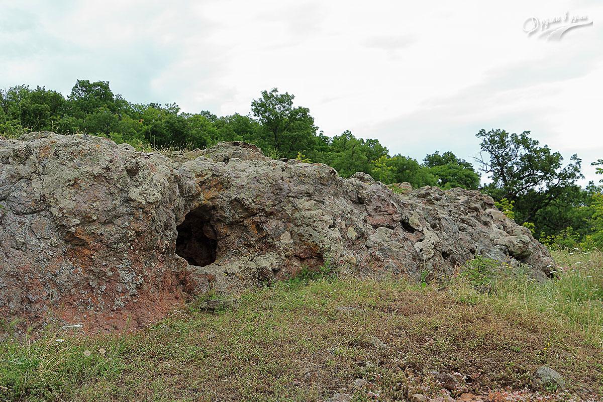 Скална гробница Фурнаджика до с. Горно поле