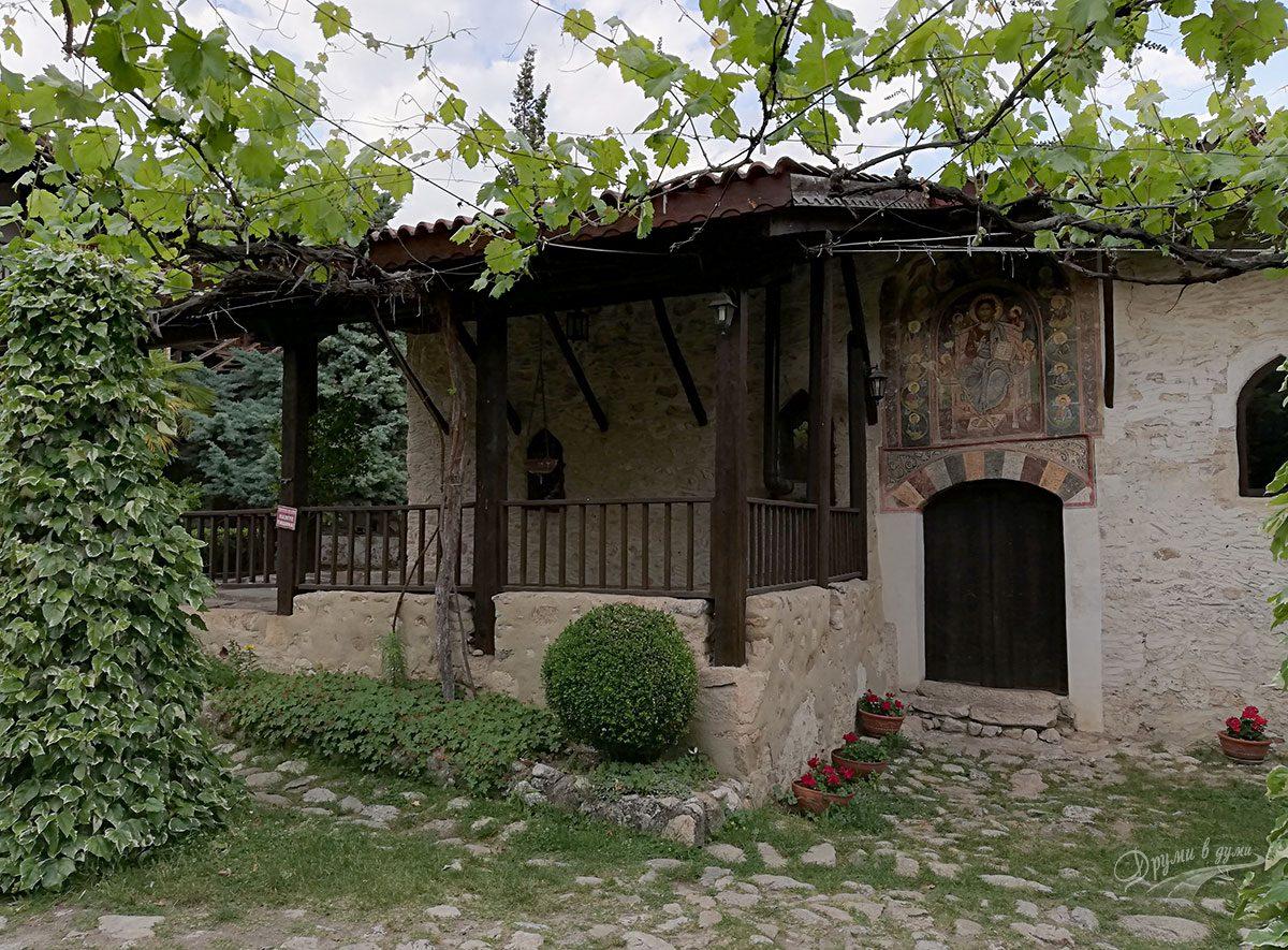В Роженския манастир - храмът