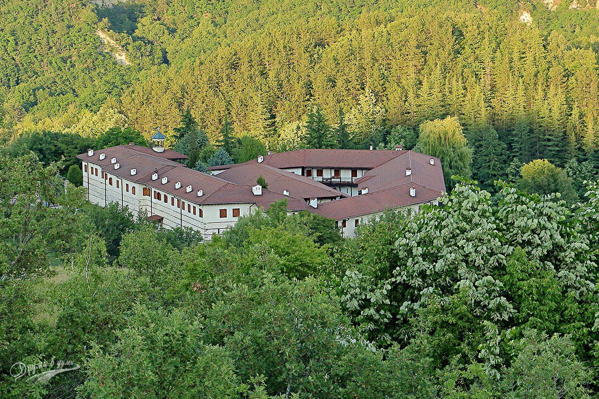 Поглед назад към Роженския манастир