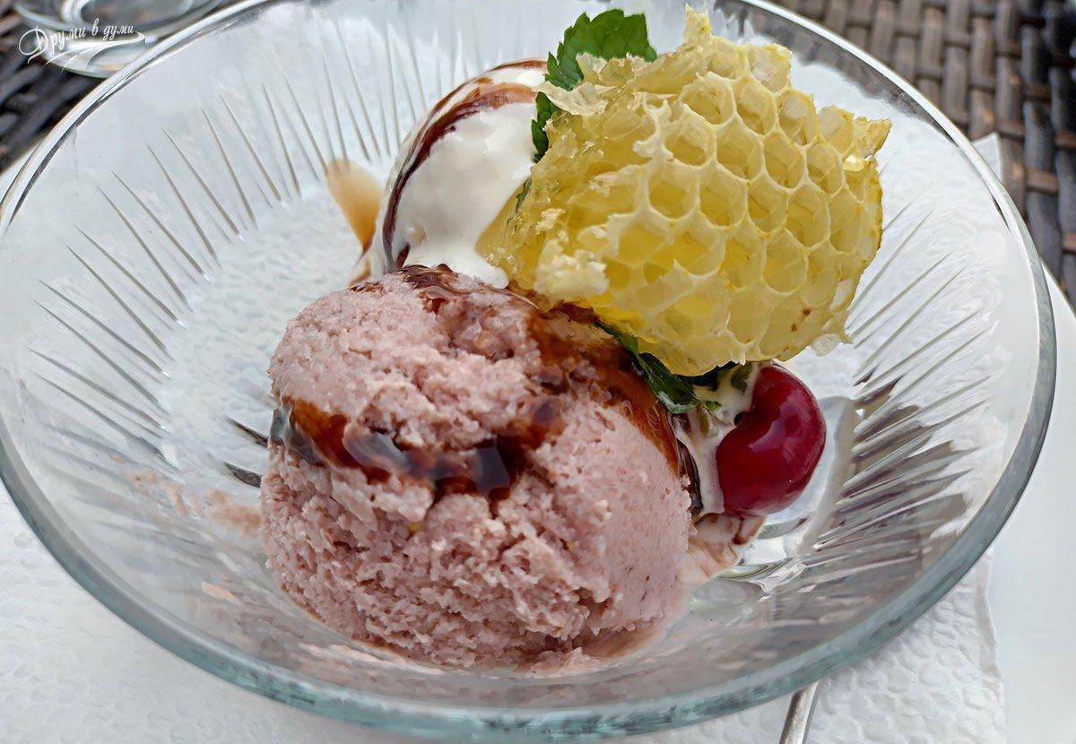 Десертите в хотел Престиж: сладолед с късче от медена пита