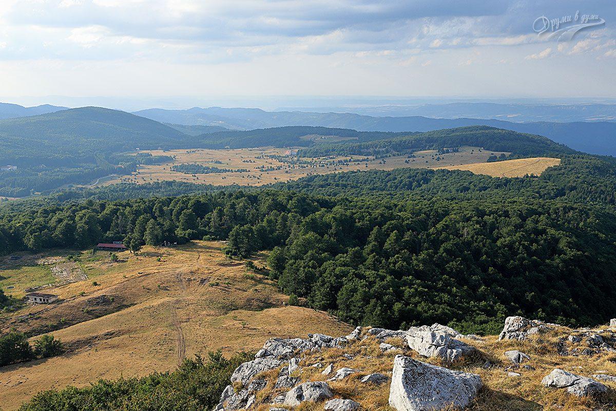 Връх Исполин - гледка на север към поляната в подножието му и Узана