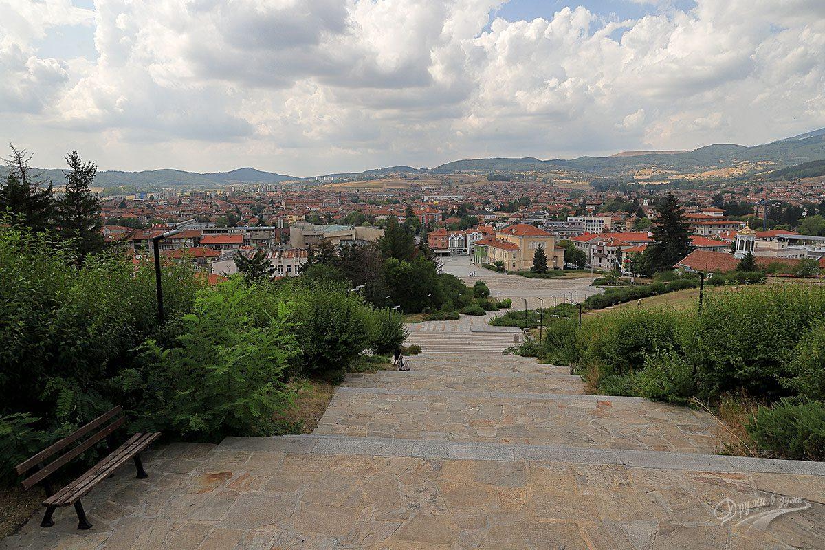 Паметник Априлци и гледката към Панагюрище