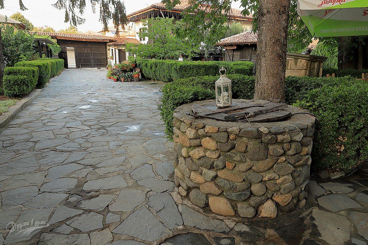 Джуджева къща: дворът