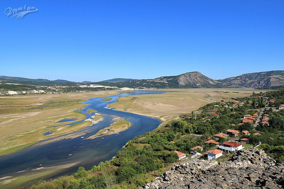 Поглед на изток: село Островица, язовир Студен кладенец, а насреща е възвишението на крепост Моняк