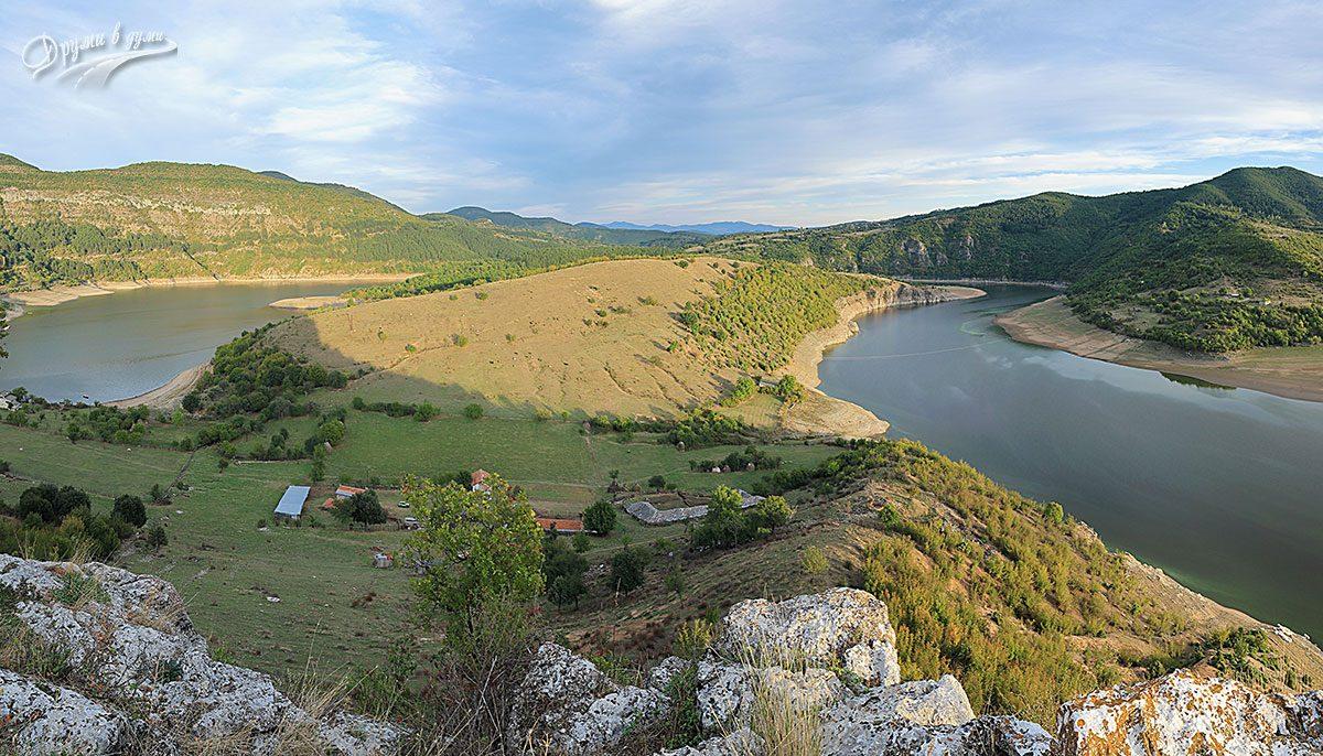 Гледки от южния край на крепостта към меандъра