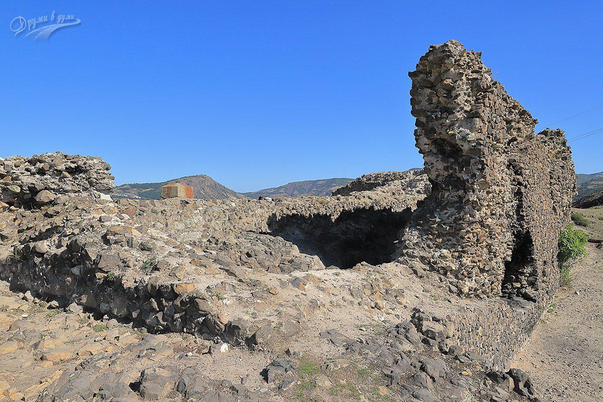 Високата крепостна стена