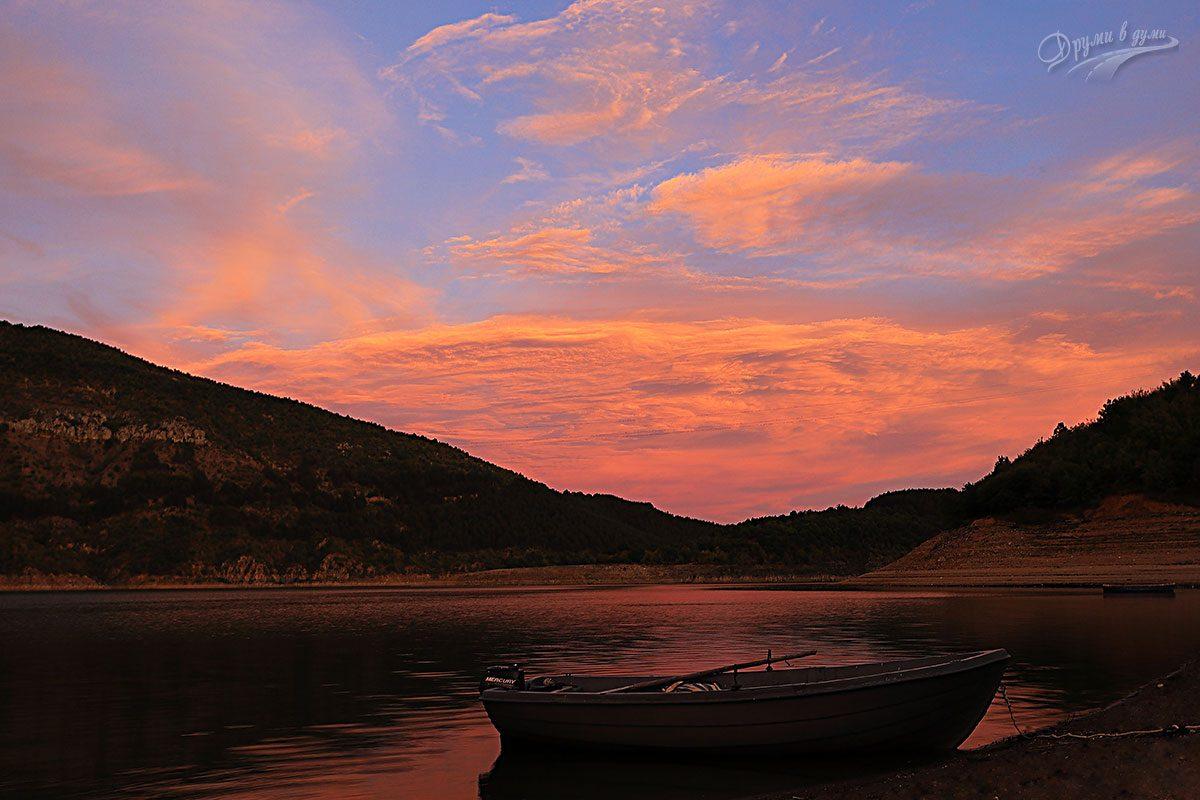 Нашата лодка в реката кротко ни чака